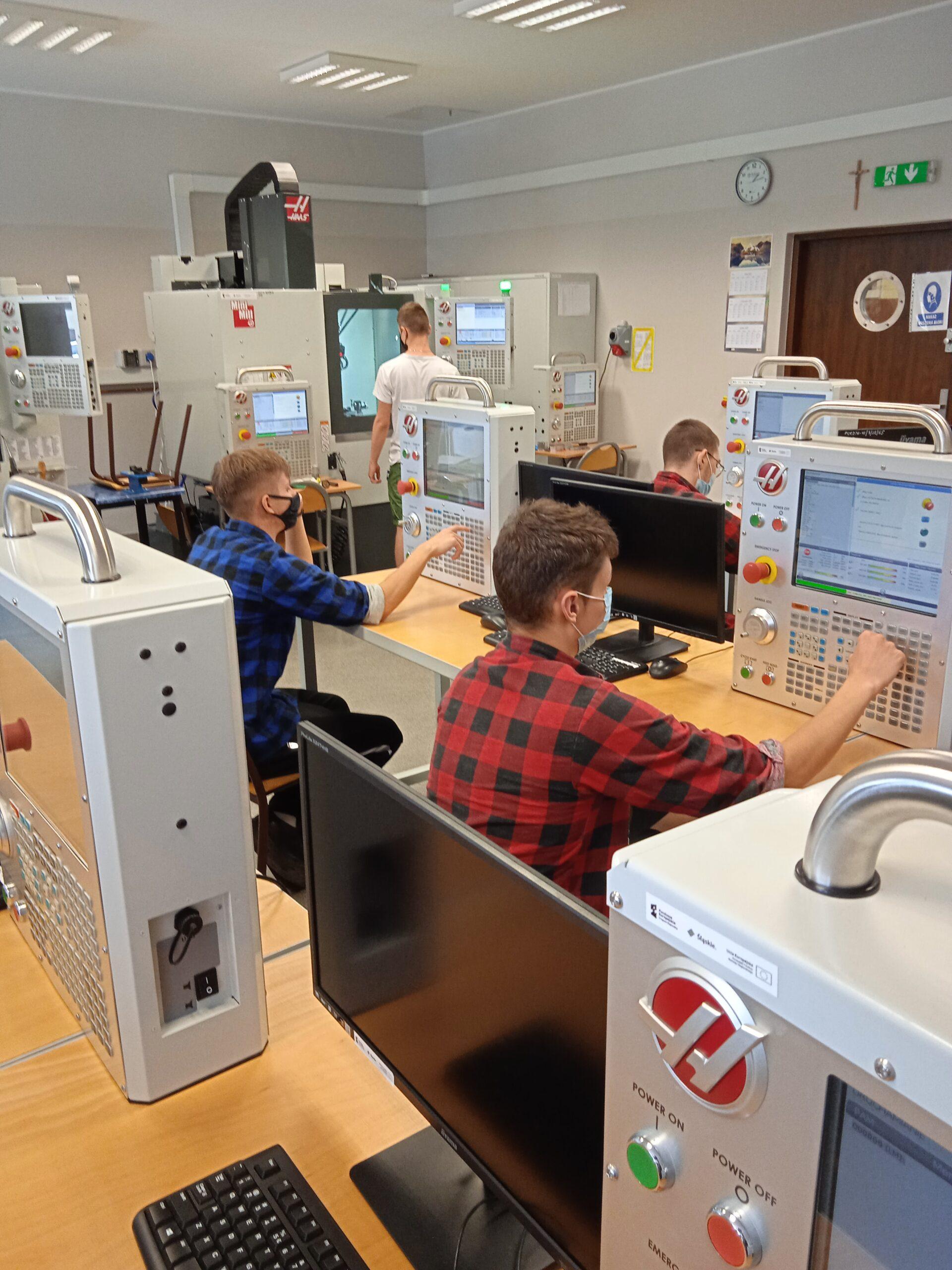 Uczniowie PCKZiU w czasie zajęć z programowania i obsługi obrabiarek CNC