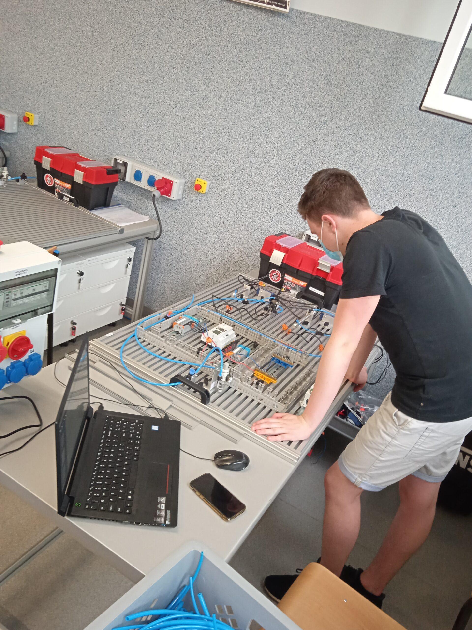 W trakcie projektowania, montażu i obserwacji działania układów mechatronicznych