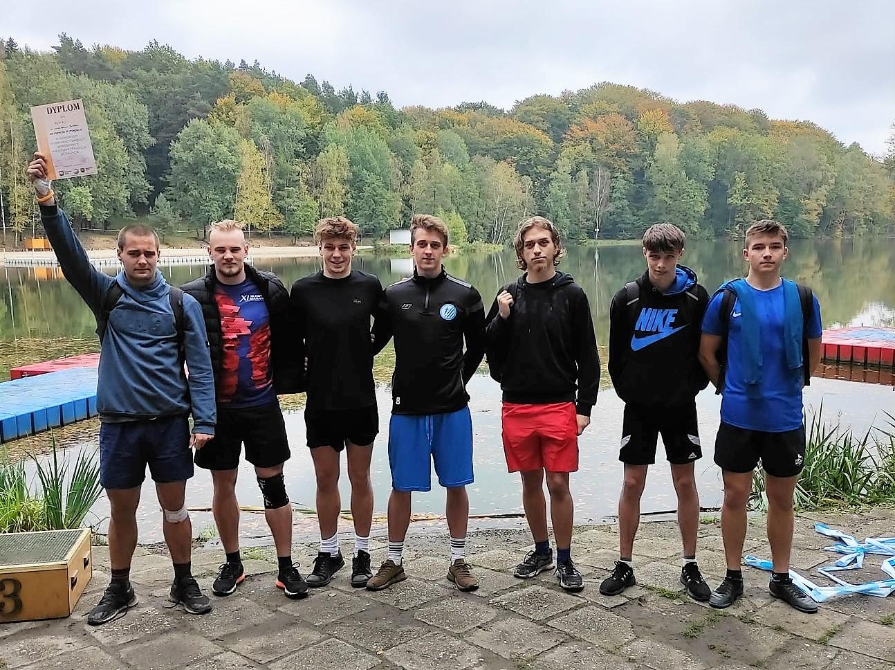 Zdjęcie uczniów szkoły startujących w biegach przełajowych
